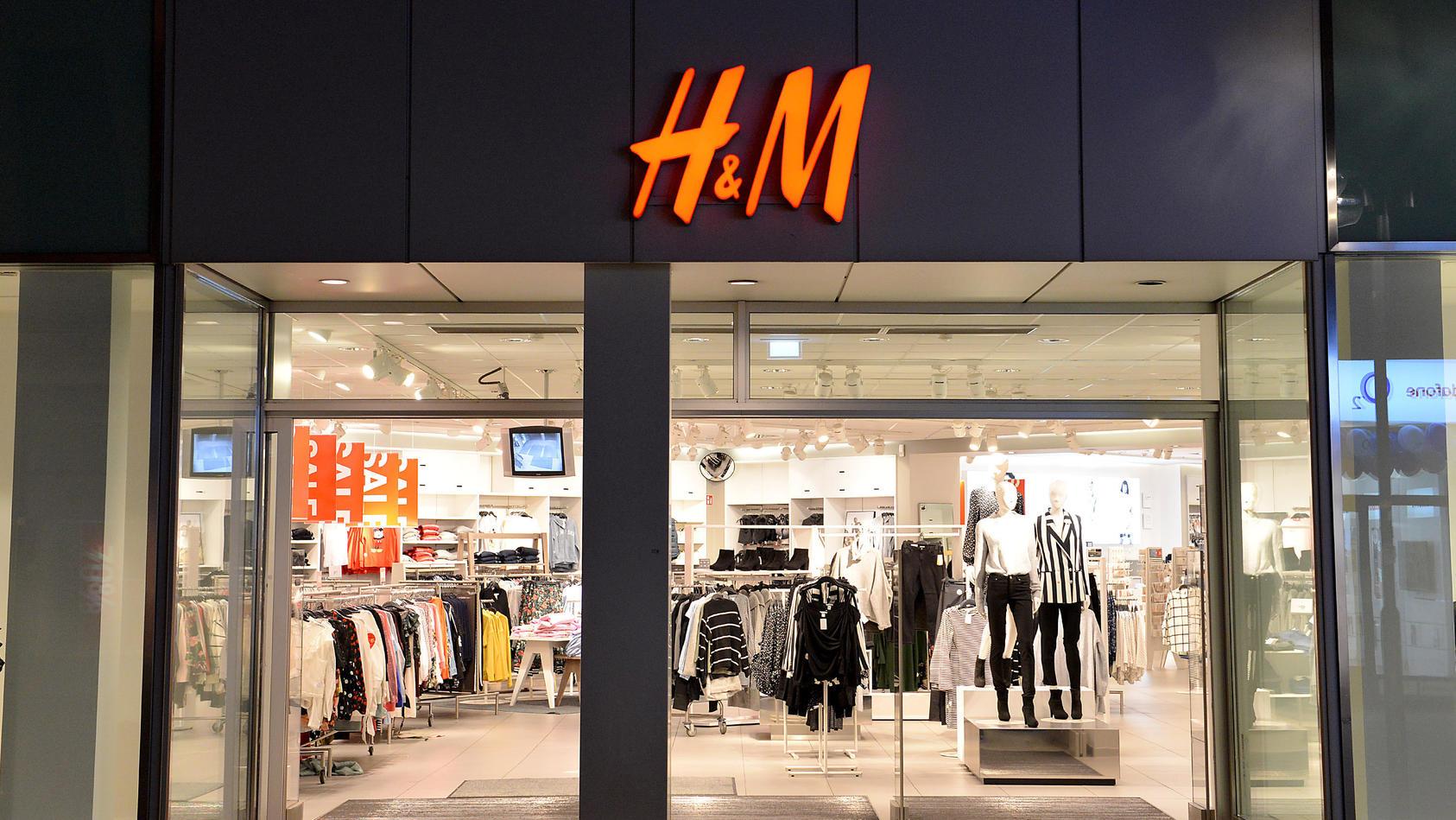 Weil H&M wohl vor allem Mütter mit Kindern loswerden will, erntet der Modekonzern viel Kritik.