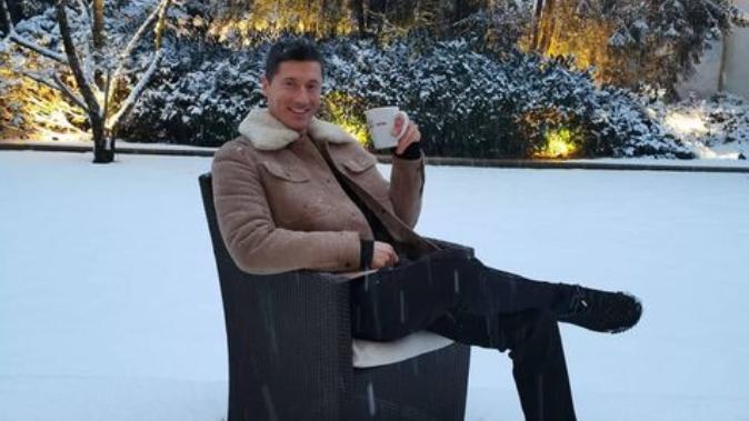 Lewandowski genießt einen Kaffee im Schnee