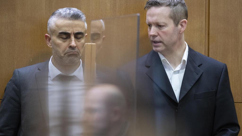 Der Hauptangeklagte Stephan Ernst (r.) steht zu Beginn einer Verhandlung im Prozess im Fall des Mordes am ehemaligen Regierungspräsidenten W. Lübcke im Gerichtssaal.