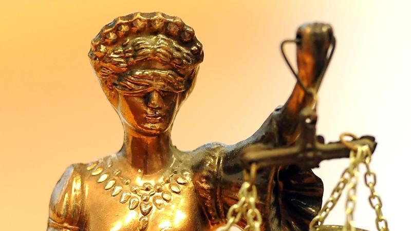 Eine goldfarbene Justitia-Figur. Foto: Britta Pedersen/dpa/Archivbild