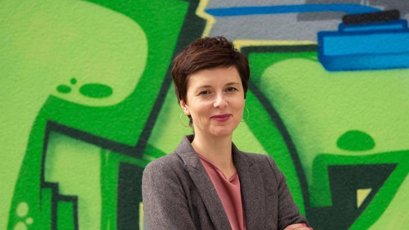 Die Berliner Integrationsbeauftragte Katarina Niewiedzial schaut in die Kamera. Foto: Paul Zinken/dpa