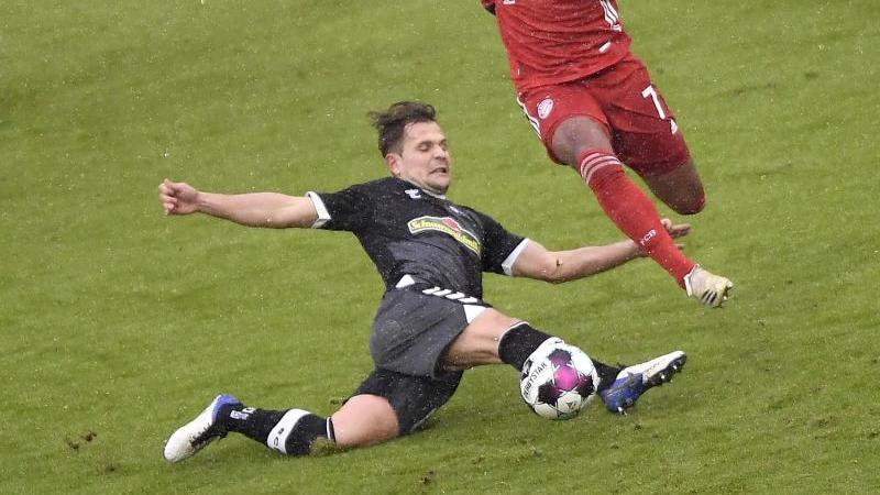 Freiburgs Amir Abrashi (l) im Kampf um den Ball. Foto: Lukas Barth-Tuttas/epa/Pool/dpa