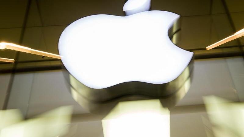 Apple überschreitet erstmals die Marke von 100 Milliarden Dollar Quartalsumsatz. Foto: Peter Kneffel/dpa