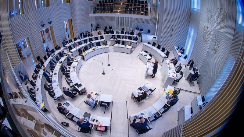 Blick in den Plenarsaal des Landtags von Mecklenburg-Vorpommern. Foto: Jens Büttner/dpa/Archivbild