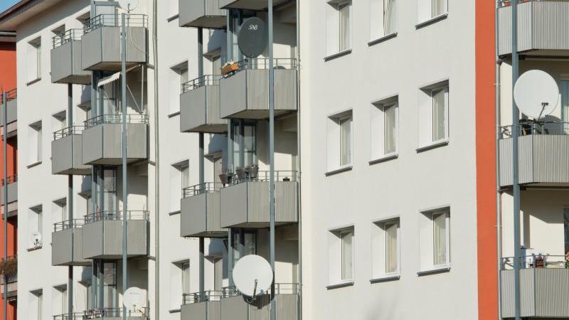 Blick auf die Außenfassade eines Mietshauses. Foto: Boris Roessler/dpa/Symbolbild