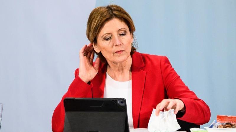 Ministerpräsidentin Malu Dreyer (SPD) nimmt an einem digitalen Parteitag der SPD Rheinland-Pfalz teil. Foto: Andreas Arnold/dpa/Archivbild