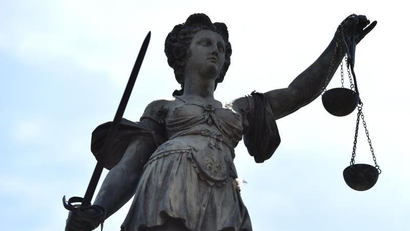 Eine Bronzestatue der Justitia steht unter freiem Himmel. Foto: Arne Dedert/picture alliance/dpa/Symbolbild