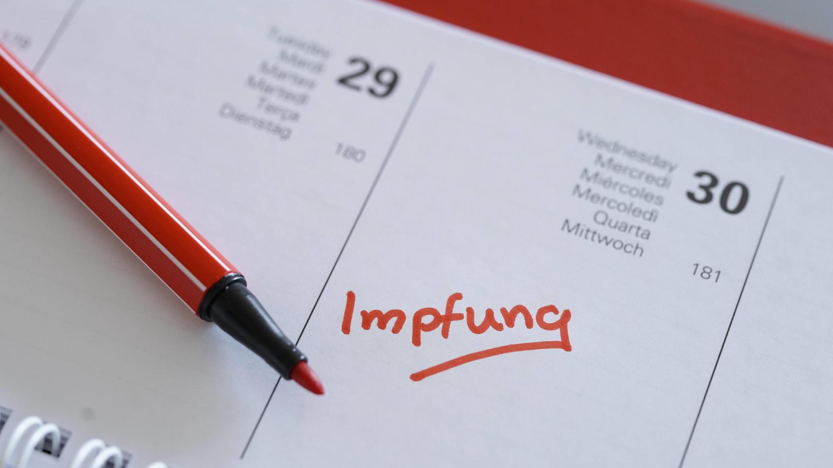 Symbolfoto Eintragung der Corona Impfung in den Terminkalender Symbolbild, Eintrag und Notiz des Impfetermin fuer eine C