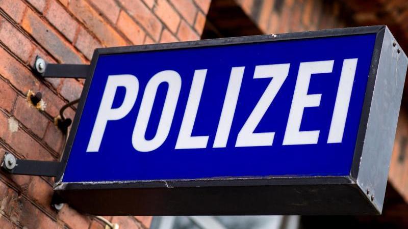 """Der Schriftzug """"Polizei"""" auf einem Schild am Gebäude einer Polizeiinspektion. Foto: picture alliance / Hauke-Christian Dittrich/dpa/Archivbild"""