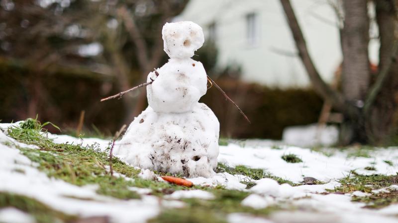 Einem schmelzenden Schneemann ist schon die Mohrrübe aus dem Gesicht gefallen. Foto: Jan Woitas/dpa-Zentralbild/dpa