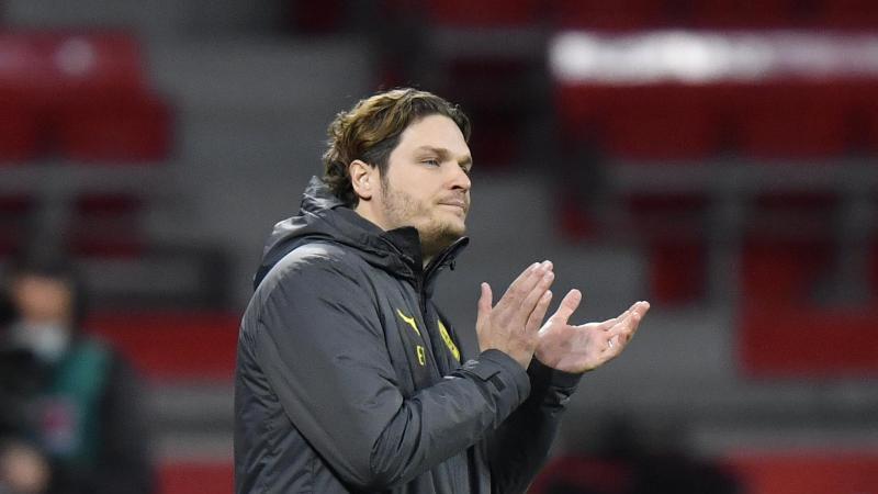 Dortmunds Trainer Edin Terzic feuert seine Mannschaft an. Foto: Martin Meissner/Pool AP/dpa