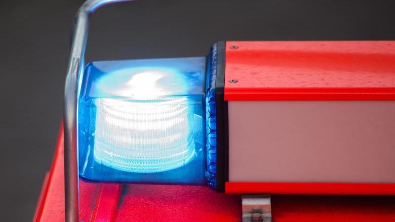 Ein Blaulicht leuchtet an einem Feuerwehrwagen. Foto: picture alliance / Daniel Bockwoldt/dpa