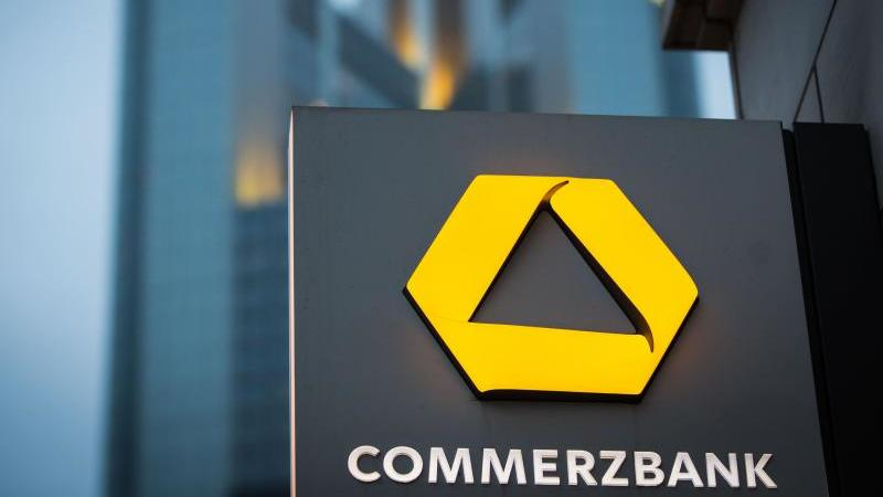 Das Logo der Commerzbank ist zu sehen. Foto: Frank Rumpenhorst/dpa/Archivbild