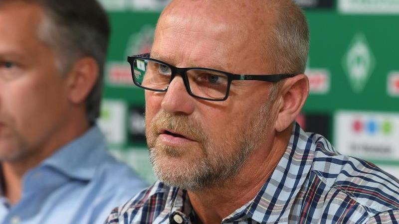 Thomas Schaaf (r), Technischer Direktor von Werder Bremen, spricht. Foto: Carmen Jaspersen/dpa