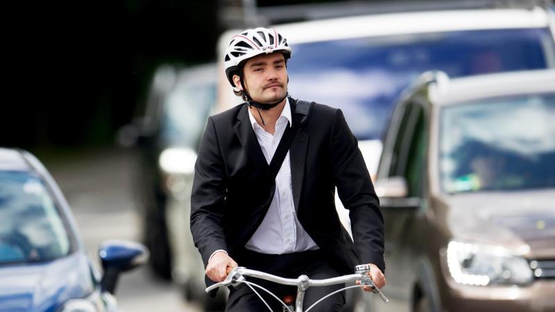 Doppelt sicher: Mancher sattelt in der Pandemie zum Pendeln aufs Fahrrad um - und schützt zusätzlich auch seinen Kopf. Foto: Tobias Hase/dpa-tmn