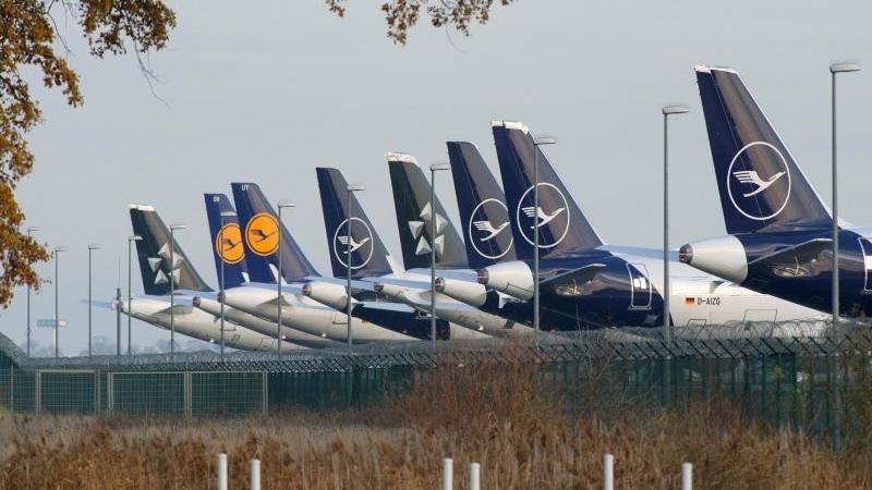 Flugzeuge der Lufthansa sind an einem Zaun abgestellt. Foto: Soeren Stache/dpa-Zentralbild/ZB/Archivbild