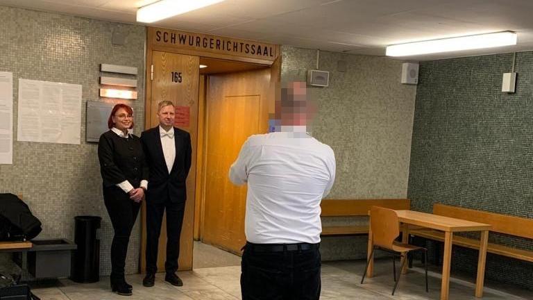 Markus H. fotografiert seine beiden Verteidiger vor dem Gerichtssaal im Oberlandesgericht Frankfurt. Im Saal selbst waren keine Fotos erlaubt.