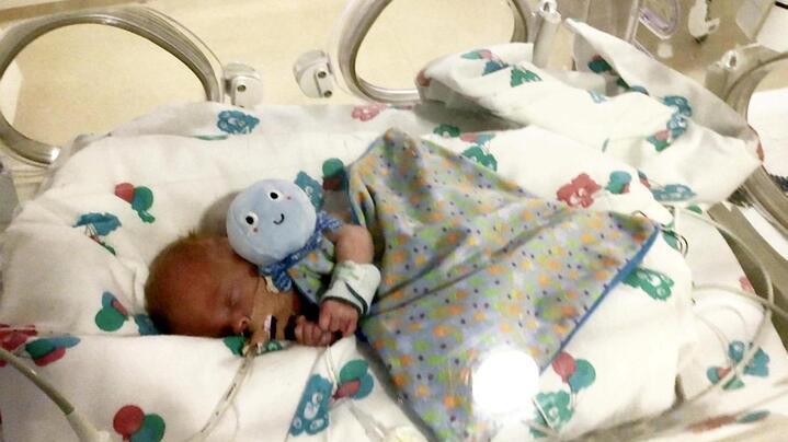 Totgeborenes Frühchen Archie wird nach 40 Minuten wiederbelebt und übersteht Corona und eine Sepsis
