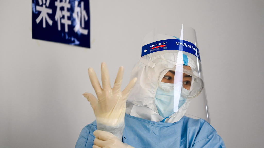 News Bilder des Tages 210122 -- CHANGCHUN, Jan. 22, 2021 -- A medical worker gets her hands sterilized at a nucleic acid testing site in Kaiyun Community of Chaoyang District in Changchun, northeast China s Jilin Province, Jan. 22, 2021. As of 2 p.m.