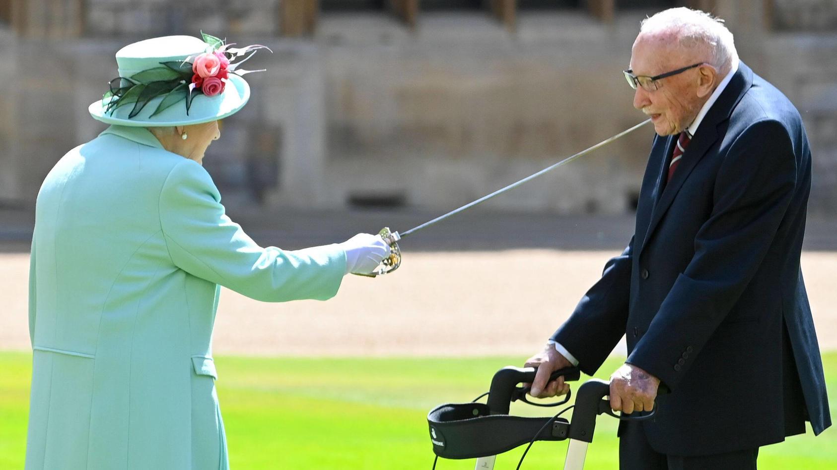 England bangt um das Leben eines Nationalhelden: Sir Tom Moore (Captain Tom) ist an Corona erkrankt und liegt im Krankenhaus. Die Queen hatte ihn im Juli 2020 zum Ritter geschlagen.