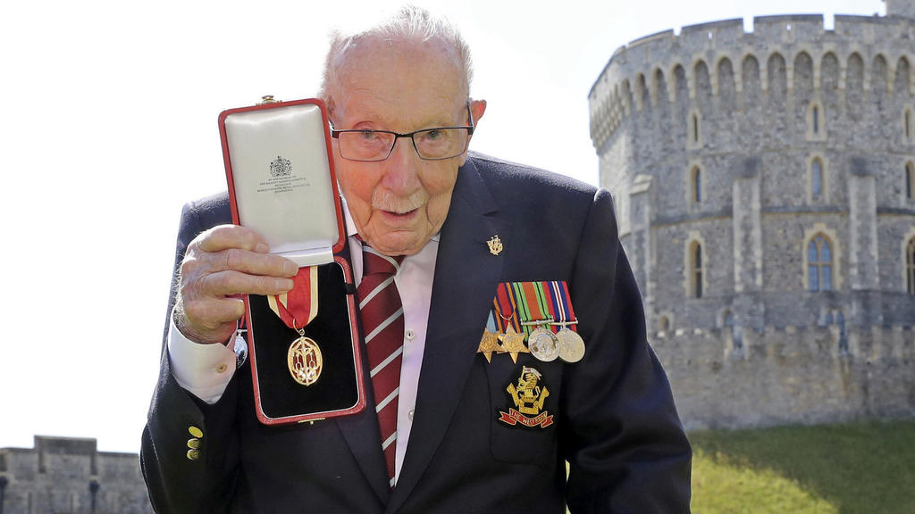 Stolz zeigt Sir Tom Moore seine Ehrung. Die Queen schlug ihn für seinen Einsatz zum Ritter.