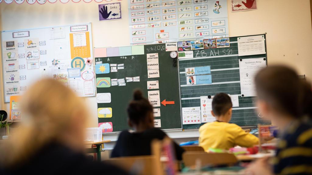 26.10.2020, Hamburg: Schülerinnen und Schüler einer 2. Klasse in der Grundschule Hasselbrook sitzen in ihrem Klassenzimmer. Die Bundeskanzlerin berät in einer Video-Konferenz mit den Ministerpräsidenten über weitere Corona-Beschränkungen. Schulen und