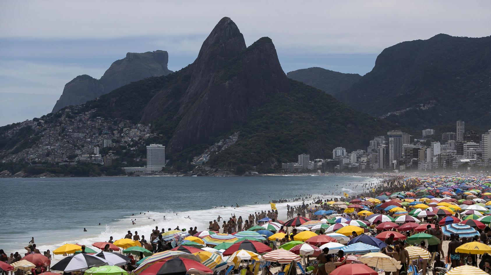 In Brasilien verbreitet sich eine gefährliche Corona-Mutation - die Strände in Rio de Janeiro sind trotzdem voll.