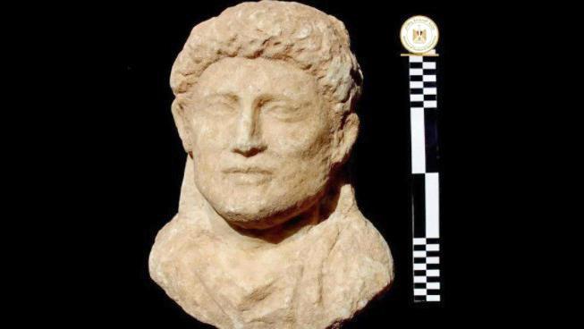 Teil einer sehr gut erhaltenen Statue, bei der die Details der Frisur genau zu erkennen sind (Foto: Egyptian Antiquities Ministry)