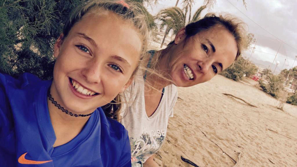 Eva mit ihrer Mutter im Urlaub.