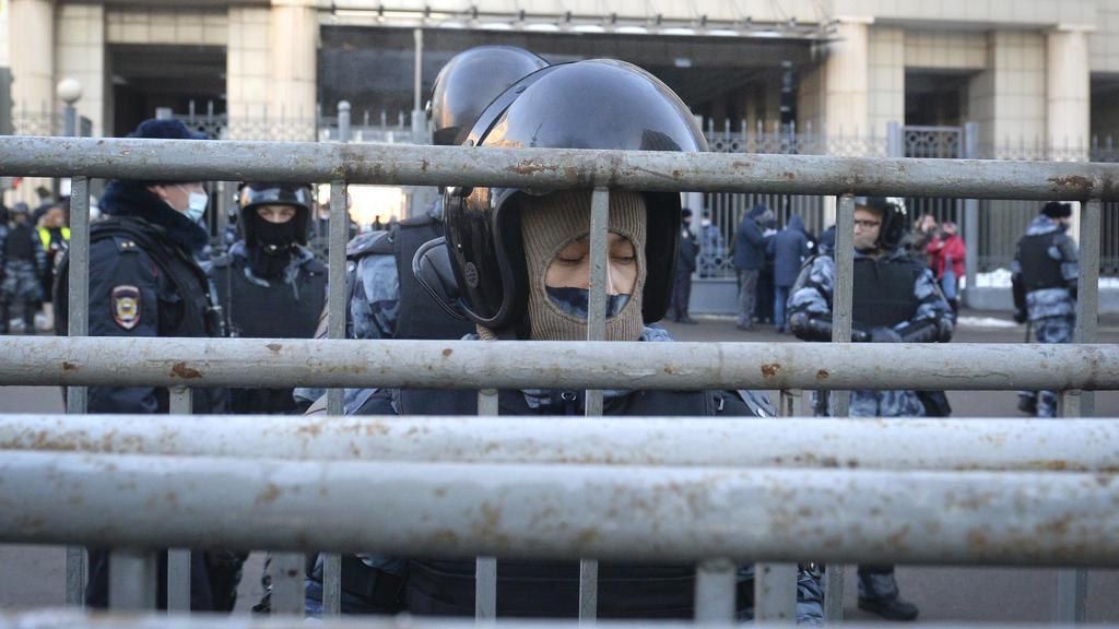 02.02.2021, Russland, Moskau: Polizisten bewachen ein Gebäude, wo ein Gericht einen Antrag des russischen Gefängnisdienstes prüfen wird, die Bewährungsstrafe des russischen Oppositionsführers Alexej Nawalny von der 2014 strafrechtliche Verurteilung i