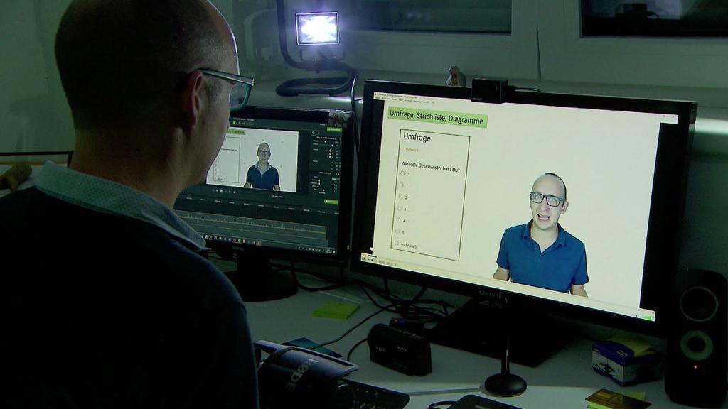 Sebastian Schmidt arbeitet an einem Video für seine Schüler.
