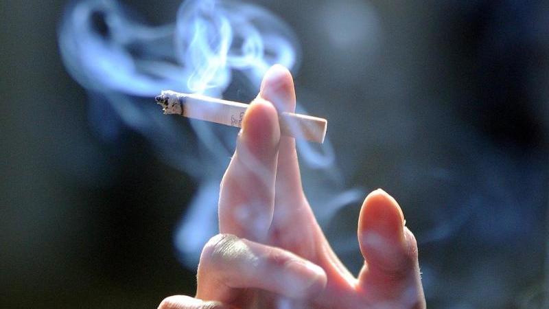 Raucher haben in der Corona-Pandemie der Drogenbeauftragten zufolge ein erhöhtes Risiko für einen schweren Verlauf. Foto: Jens Kalaene/zb/dpa