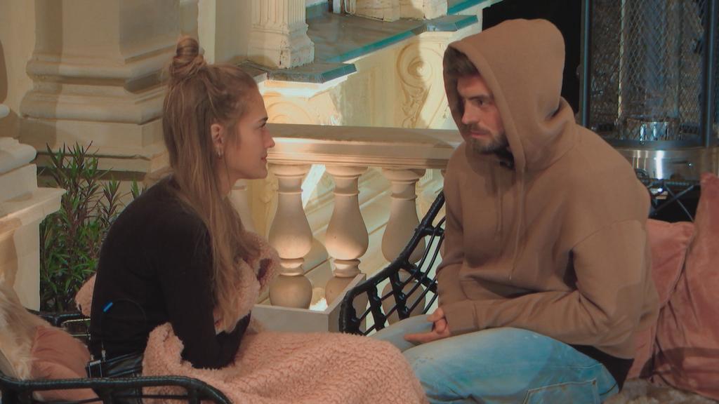 Für Niko ist ein absolutes Gefühlchaos ausgebrochen. In der Ladys-Villa versucht er, seine Lage Mimi zu erklären.