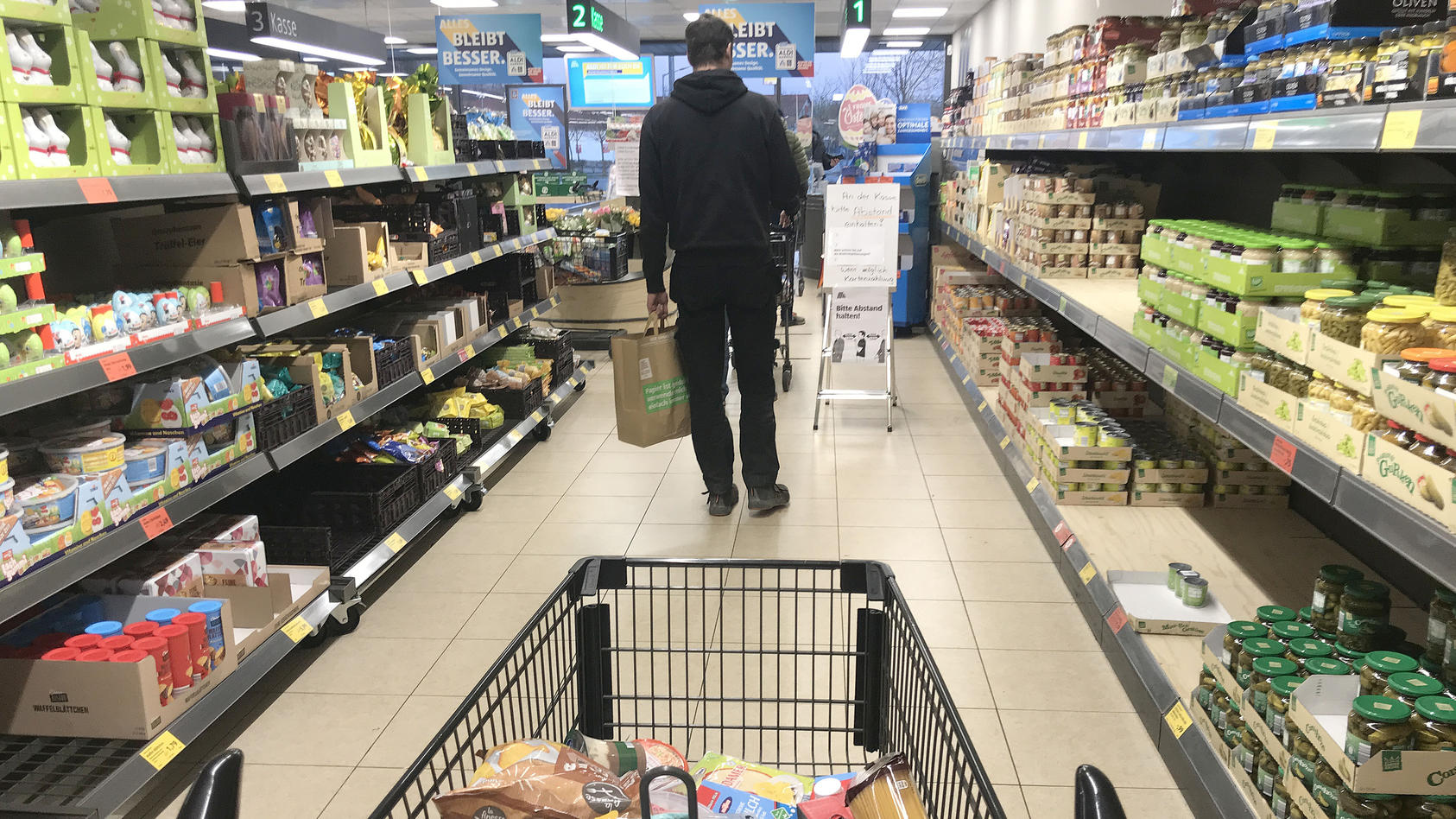 """Desinfektionsmittel in der berüchtigten """"Naschizone"""": Aldi Süd baut wegen Corona seinen Kassenbereich um."""