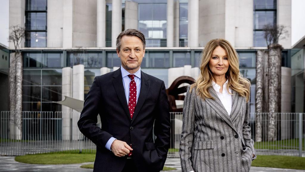 RTL-Politik-Chef Nikolaus Blome und  RTL-Moderatorin Frauke Ludowig vor dem Kanzleramt.