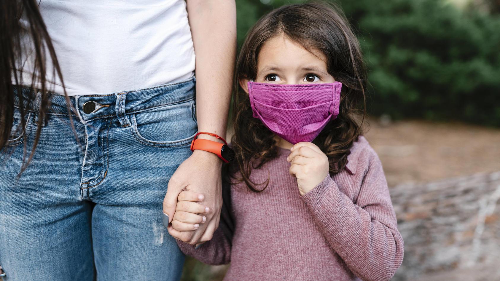 Bei Kindern und Jugendlichen häufen sich Beschwerden durch das Tragen eines Mund-Nasen-Schutzes.