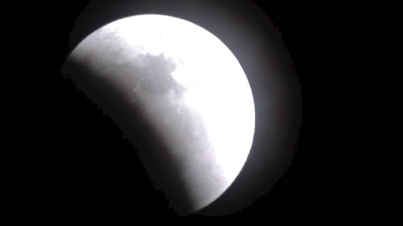 Zwischen 15 und 16 Uhr taucht der Mond vollständig in den Schatten der Erde ein.