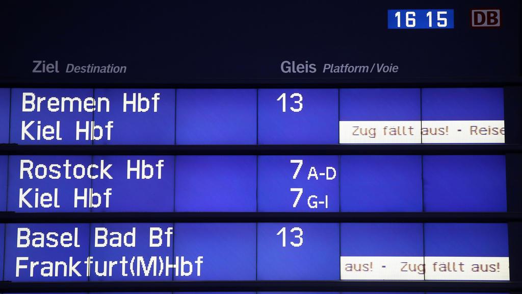06.02.2021, Hamburg: Auf einer Anzeigentafel im Hamburger Hauptbahnhof wird auf Zugausfälle hingewiesen. Die Deutsche Bahn hat angesichts des prognostizierten Wintereinbruchs am Wochenende in Deutschland Anpassungen im Fahrplan vorgenommen. Auch mehr