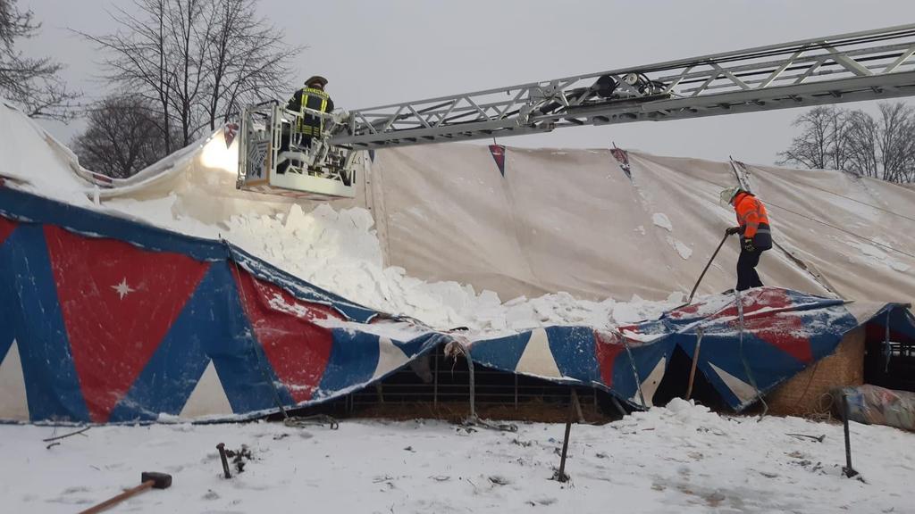 Ein Zirkuszelt in Wuppertal ist unter den Schneemassen eingestürzt