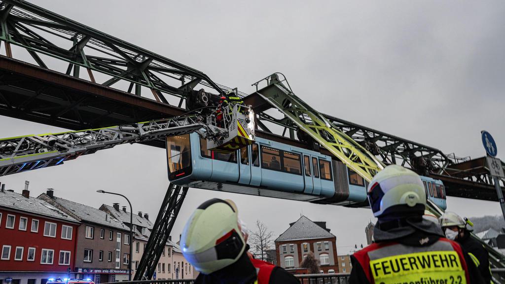 Bergungsarbeiten bei einer Schwebebahn in Wuppertal