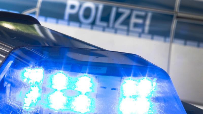 Ein Blaulicht auf dem Dach eines Polizeifahrzeugs. Foto: Friso Gentsch/dpa/Symbolbild