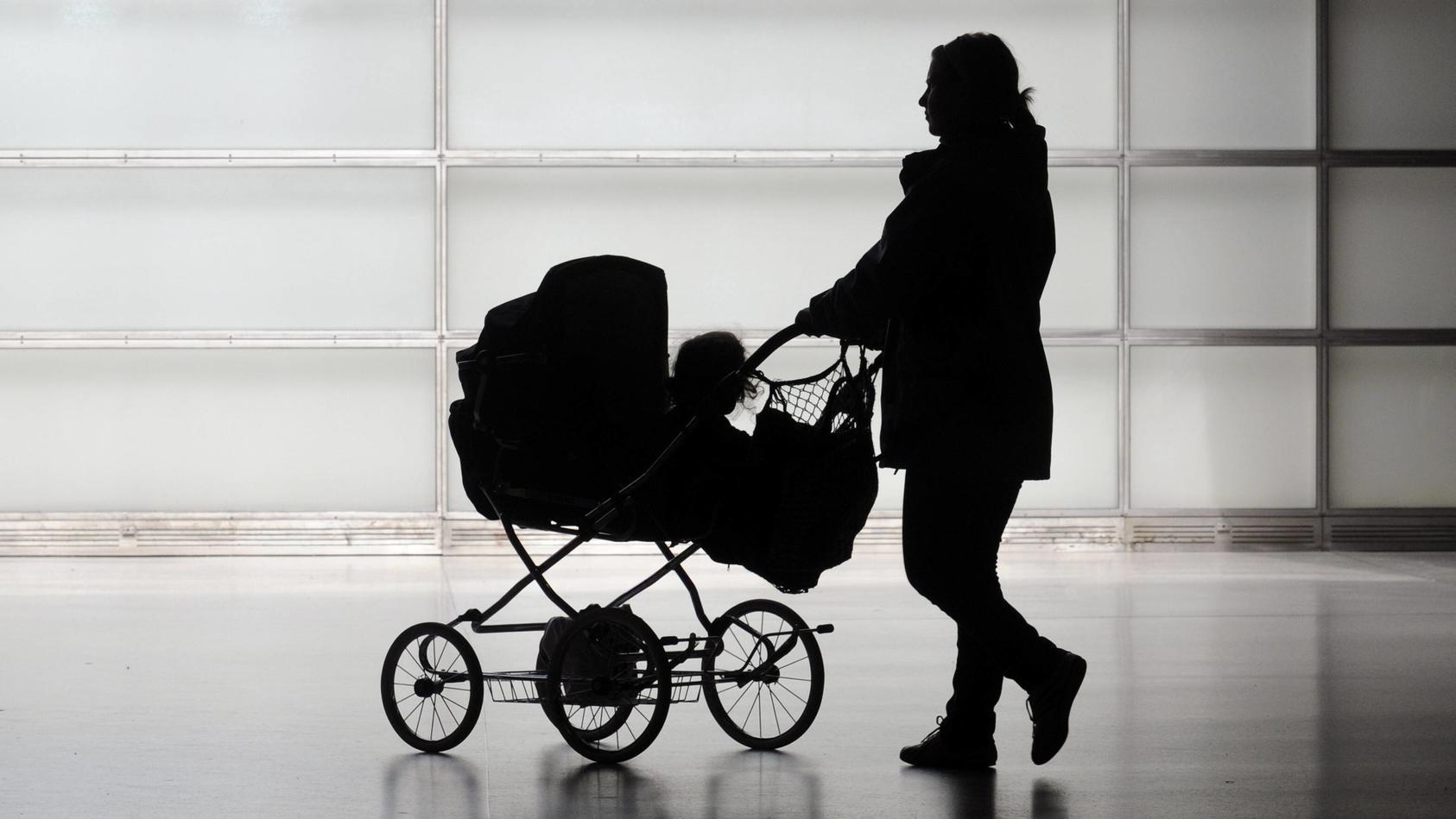 Symbolbild. Ein wütender Radfahrer trat gegen einen Kinderwagen. Das Baby erlitt eine Schädelprellung.