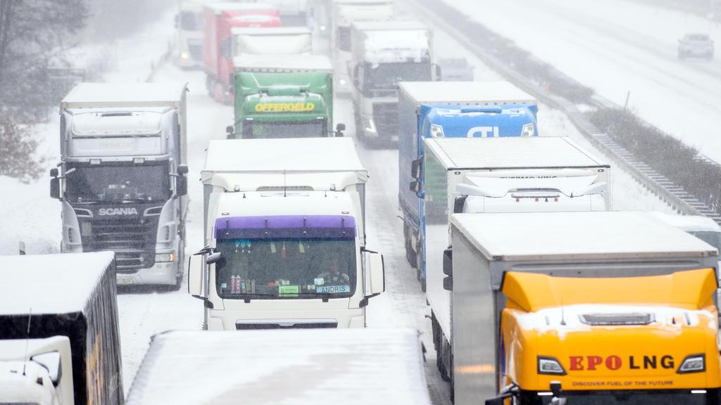 08.02.2021, Sachsen-Anhalt, Möckern: Lastwagen stauen sich auf der A2 an einer Unfallstelle. Bei frostigen Temperaturen kann es den ganzen Tag immer wieder schneien. Foto: Klaus-Dietmar Gabbert/dpa-Zentralbild/dpa +++ dpa-Bildfunk +++