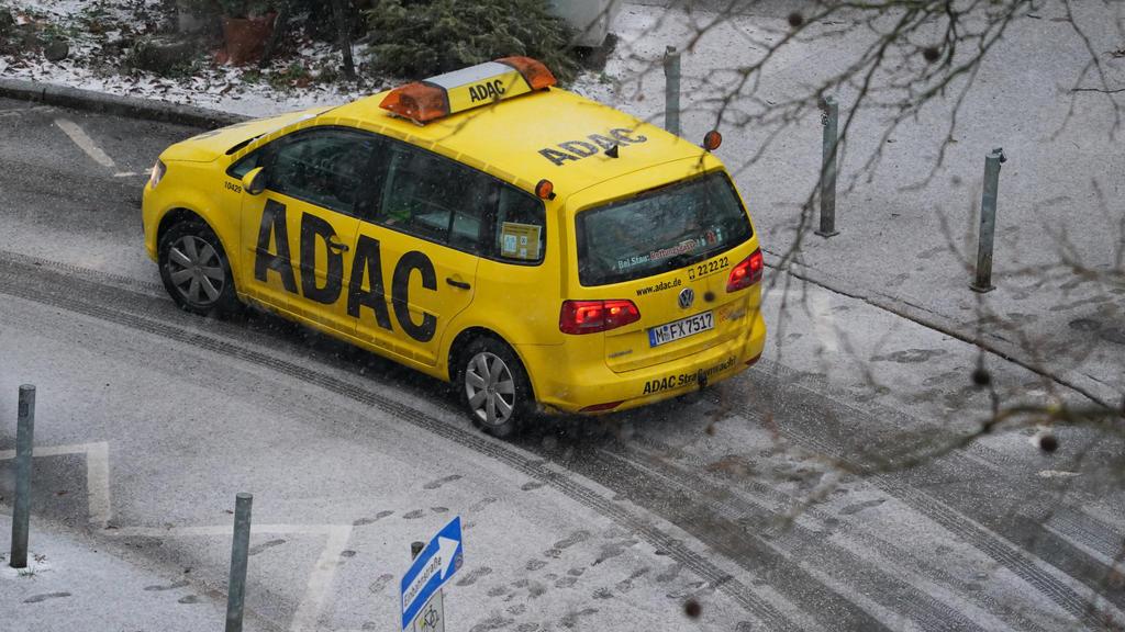 13.01.2021, Hamburg: Ein Fahrzeug der ADAC-Pannenhilfe fährt durch den Stadtteil Eimsbüttel. Foto: Marcus Brandt/dpa +++ dpa-Bildfunk +++