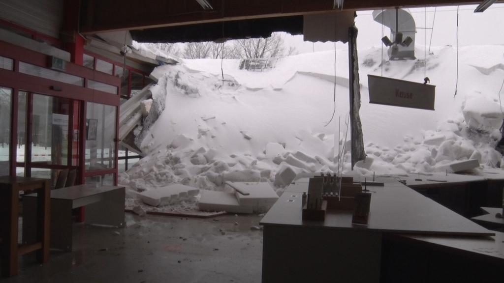08.02.2021, Nordrhein-Westfalen, Rheine: Das Hallendach eines Holzfachhandels ist nach heftigen Schneefällen eingestürzt. Nach Angaben einer Polizeisprecherin stürzten die Schneemassen kurz vor Geschäftseröffnung gegen 9.00 Uhr in den Verkaufsraum. (