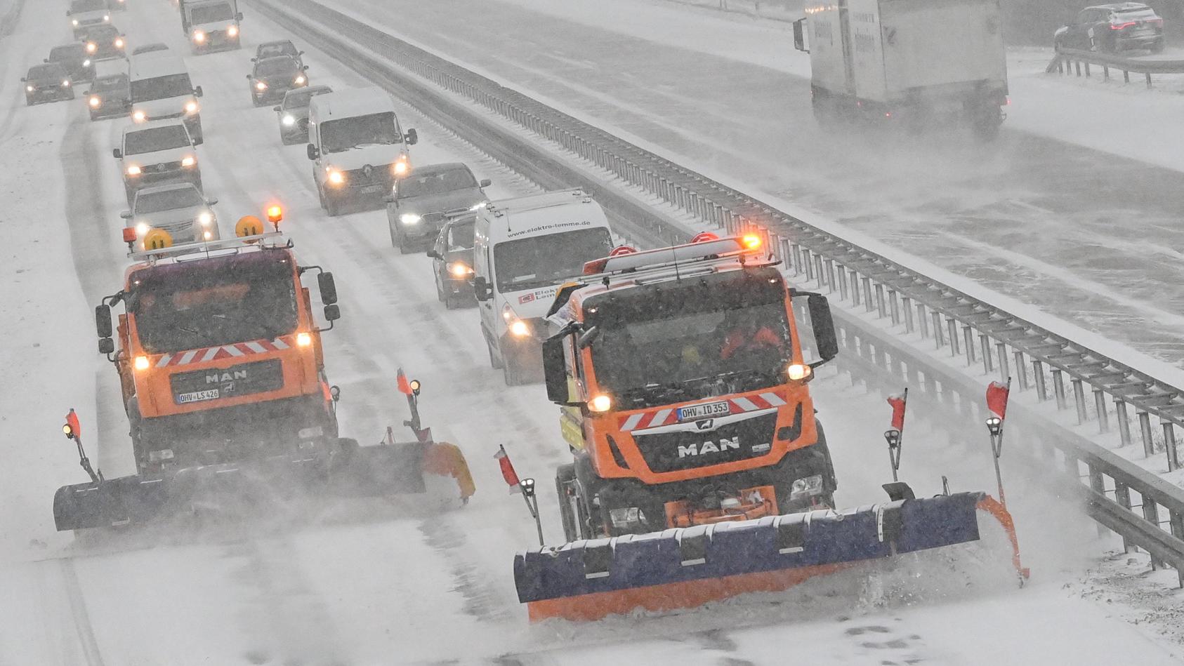 Räumfahrzeuge vom Winterdienst fahren auf der A12 in Brandenburg.