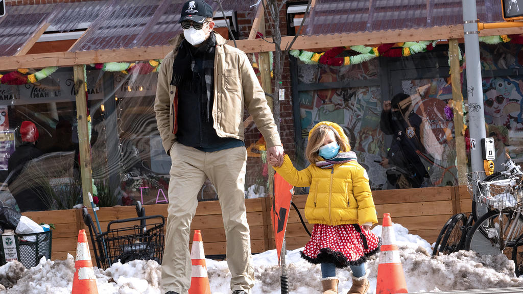 Bradley Cooper mit seiner Tochter im Schnee unterwegs