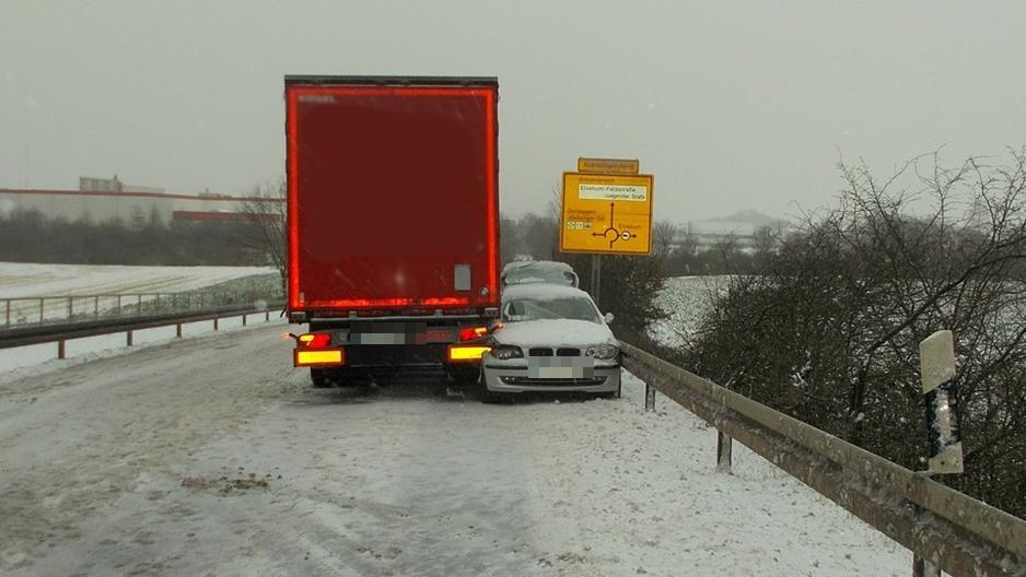 Der Lkw-Fahrer in Neuss hat das Auto einer bewusstlosen Fahrerin ausgebremst, in dem er es zwischen seinem Lastwagen und der Leitplanke einklemmte.