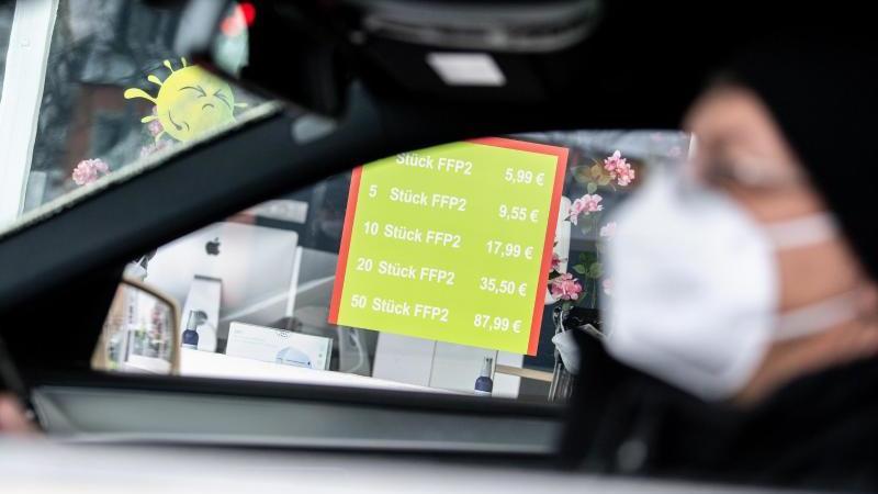 """Kommt eine """"Mitführpflicht"""" von Mund-Nase-Bedeckungen im Auto?. Foto: Matthias Balk/dpa"""