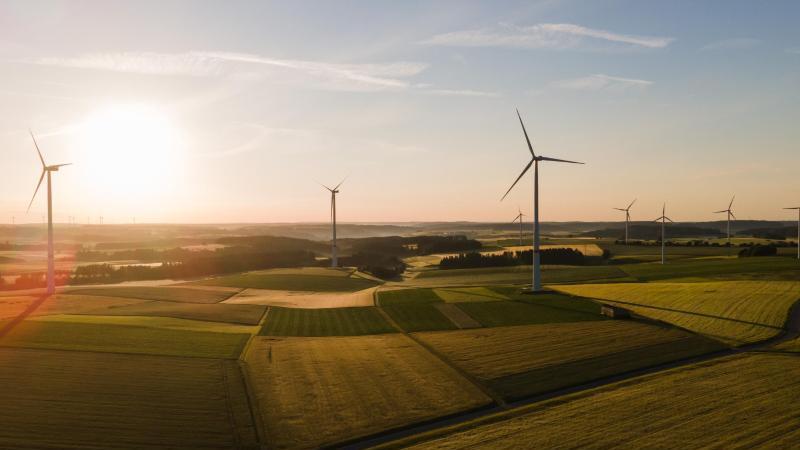 Der Klimawandel hat bei vielen das Bewusstsein für nachhaltige Anlagen geschärft. Erneuerbare Energien zum Beispiel bieten durchaus Chancen. Foto: Tom Weller/dpa/dpa-tmn